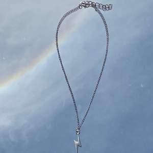 Säljer jätte fina halsband!💞 Handgjorda och är jätte snygga till sommaren💘🌸  Finns spänne där bak!💖 Kostar 69kr/st 💘🌸  Frakt kostar 11kr 💘