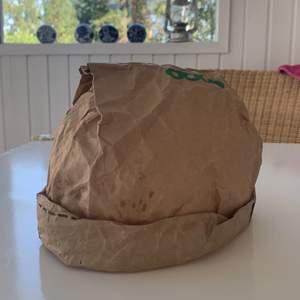 As cool hatt från Coop som jag gjort själv utav en papperspåse 😍 coolt tryck på ovansidan 🙃 Har tyvärr en liten fläck på ovansidan men inget man tänker på när den sitter på 🤩 en aning skrynklig då den är väl använd hihi 😌 budgivningen börjar på 500kr 🤓
