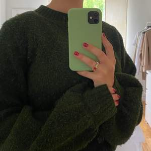 Sååå fin stickad tröja från Weekday. Bilderna gör inte färgen rättvisa tyvärr men det är i en jättefin mossgrön färg!! Köpt för 400 kr