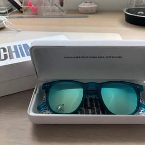 Dessa blåa solglasögon är från Chimieyewear. De är i modellen #001 med spegelglas, vilket jag tycker passar bra till sommarfester!🌞snygg och bra passform. Nypris 999 kr.