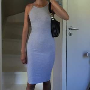 Tajt ribbad grå klänning, aldrig använt så i nyskick, väldigt stretchig så skulle säga att den passar från xs till m