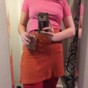 Orange kjol från H&M men köpt 2hand. Dragkedja i sidan, fickor fram, saknar knapp i linningen men finns hake så det är inget som stör eller syns. 70 pix + frakt!
