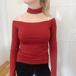 Vinröd tröja med inbyggd choker. Storlek S.