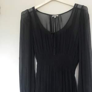 Superfin svart klänning i bra skick🦋 går lite över knäna på mig som är 160