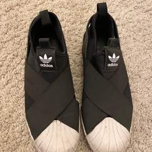 Svarta snygga sneakers som nästintill är oanvända och därav i mycket fint💗