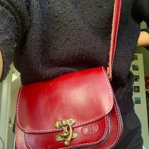 Röd väska äkta läder! Köparen står för frakt! 🥰🥰
