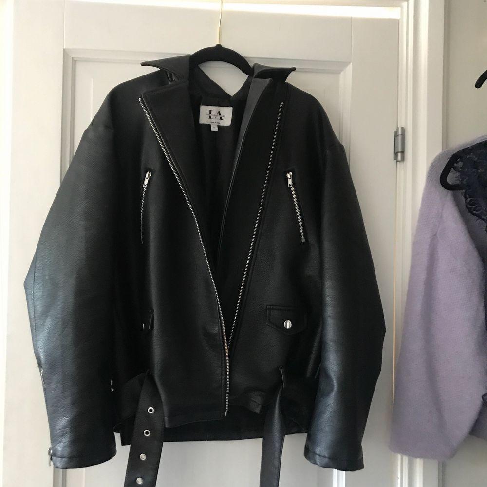 Säljer denna snygga jacka😍😍 som är ifrån Linn Ahlborgs kollektion. Original pris 999kr jag säljer för 570 inklusive frakt. Säljs för att den inte används längre. Jackor.