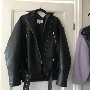 Säljer denna snygga jacka😍😍 som är ifrån Linn Ahlborgs kollektion. Original pris 999kr jag säljer för 570 inklusive frakt. Säljs för att den inte används längre