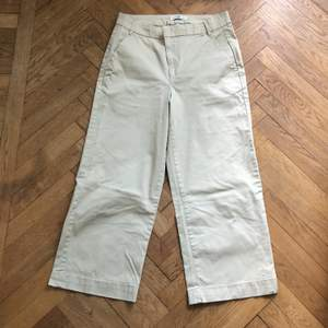Beiga byxor med vida ben från Kappahl i strl 38. Säljs pga för små. Köparen står för frakten.