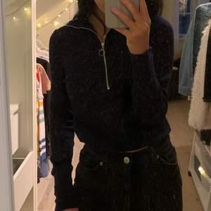 En mörkblå tröja med dragkedja som man själv kan justera. På bilderna är det spegeln som är smutsig, inget fel på tröjan. Storlek S. Skriv till mig om ni har frågor, vill ha fler bilder eller vill diskutera pris!