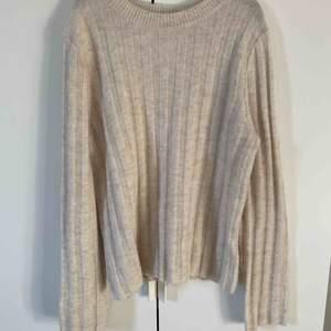 Två stickade tröjor som knappt är använda. Mycket fint skick. Tyvärr saknas kraglapparna. 90kr för båda eller 50kr st.  Köpare står för frakt