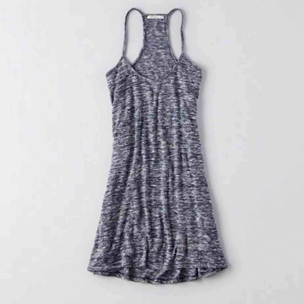 Super fint blått tyg och bekväm klänning i stretch, från American Eagle Outfitters, köpt i Nevada, USA 🇺🇸 Står XS- men lutar också starkt mot S-M. Älskar den, men det är dags att ge den vidare.   • möts upp i sthlm, frakt, enligt överenskommelse. 💙. Klänningar.