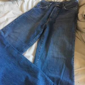 Säljer dessa snygga wideleg jeans som jag själv köpte här på Plick fast de var för små på mig. 🥰🥰