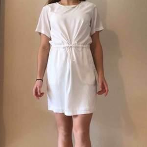 Vit klänning med knyt i midjan från Kenzas märke IvyRevel! Använd 1 gång på min student och den är i jättebra skick helt utan fläckar. Frakt ingår i priset ☀️