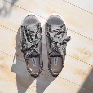 Storlek EUR/39  Väldigt bra skick. Sneakers från Steve Madden