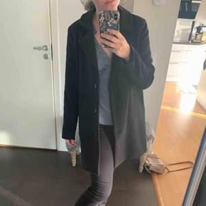 En svart snygg kappa från Linn ahlborgs kollektion från nakd. Säljer då den inte används längre. Sömmen på lappen har släpp på enda sidan men de är inget som syns då de är på insidan plus att de är en lätt fix om man vill. Frakt tillkommer💕