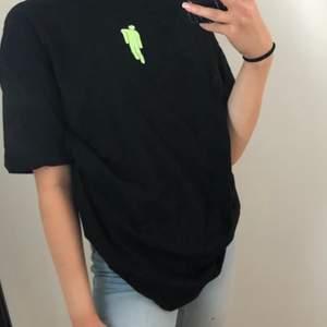 En snygg Billie Eilish tröja från hm med ett snyggt tryck på framsidan och en cool text på baksidan. Använd 3 gånger. Storleken är i xs men den e ovesized så skulle passa L. 85+frakt eller så kan jag mötas upp någonstans i Stockholm. Priset kan diskuteras
