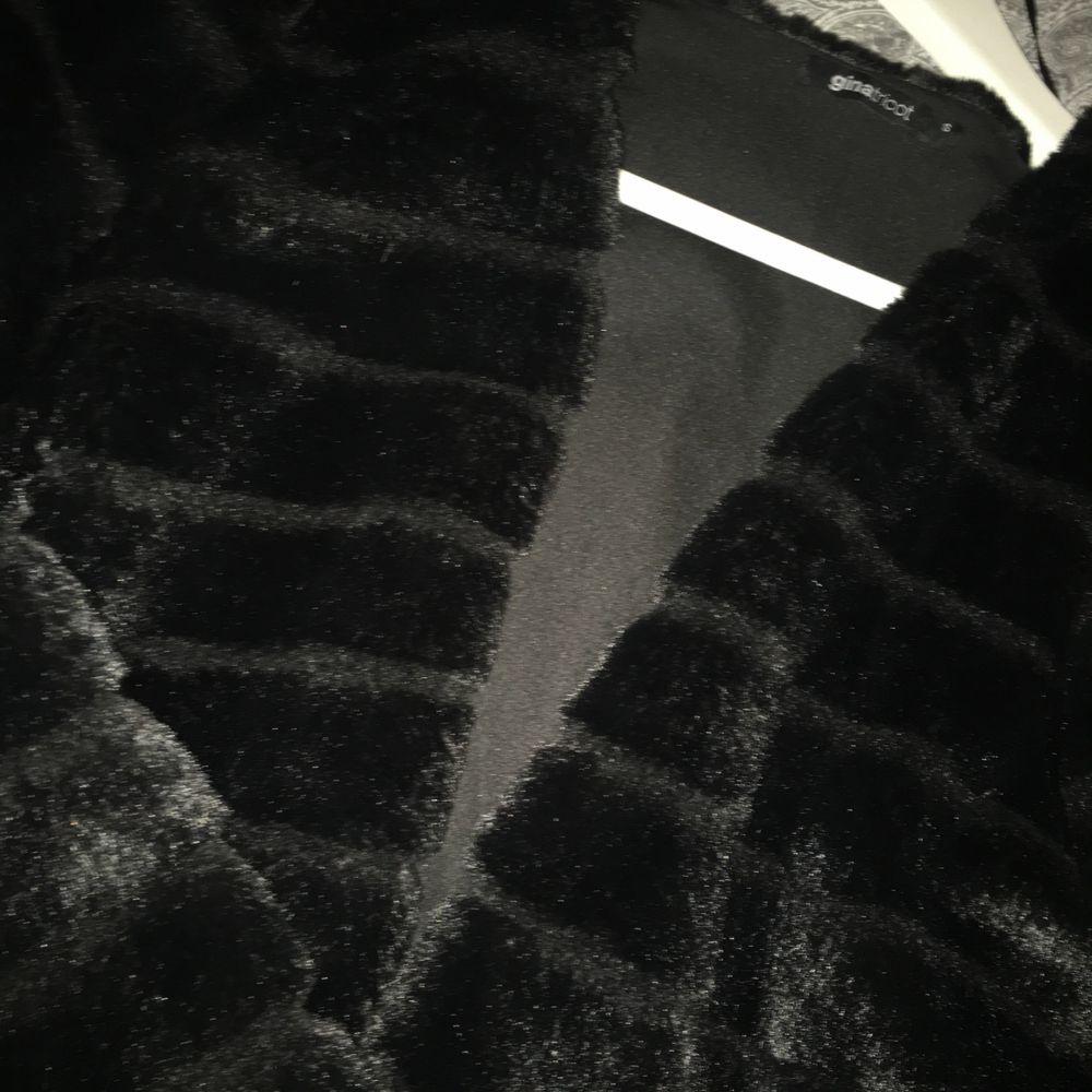 En pälsjacka från Gina tricot i perfekt skickt. Bara använd 1/2 ggr. Skönt material och bekväm😊 fake är inkluderad i priset🥰. Övrigt.