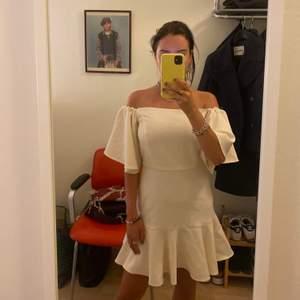 Vit offshoulder klänning från easy wear. Storlek s. 50kr frakt, kan mötas upp i Gbg