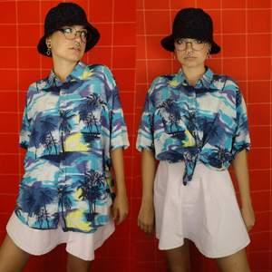 Så cool hawaiiskjorta, vet att jag lagat den någonstans men kan inte hitta vart haha. Så inget direkt synligt i alla fall! Storlek herr xxl, sitter snyggt oversized på mig och jag har vanligtvis xs-s i storlek. Frakt för denna ligger på 48 kr, samfraktar😊