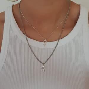 2 olika justerbara halsband med kvinnosymbol. Det ena med grövre kedja samt grövre symbol. 20kr/st. Frakt tillkommer på 11kr. 🚨ENDAST DET MED GRÖVRE KEDJA KVAR🚨