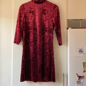 Röd härlig sammetsklänning från Monki.