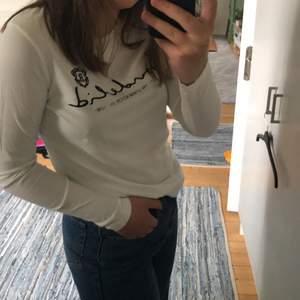 En vit långärmad tröja från bondelid. Själva loggan på tröjan är som i sammet och tröjan är i storlek S men skulle mer säga att det är en XS-S. (Frakt tillkommer):)