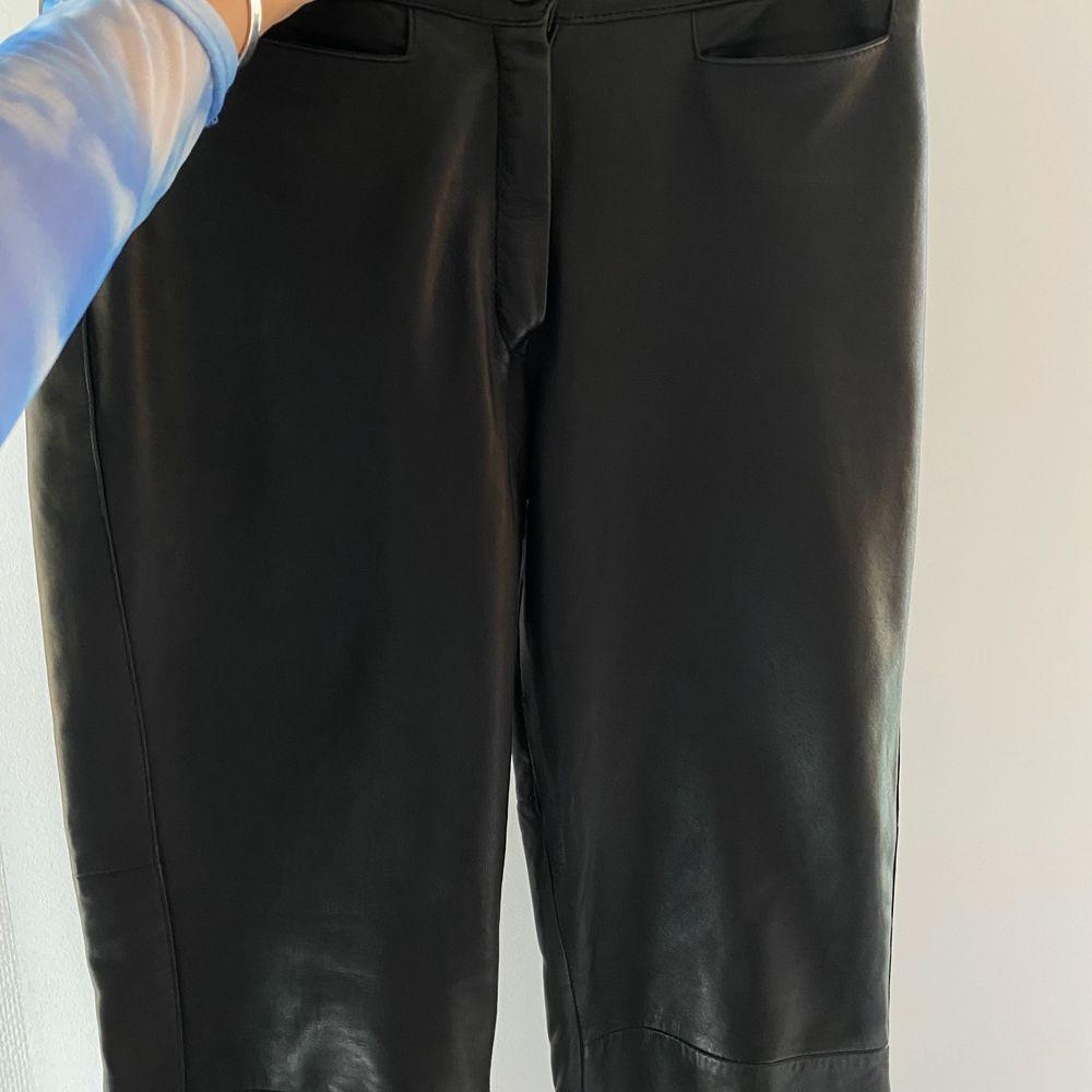 supersnygga läderbyxor! sitter som en smäck och är inköpa vintage. . Jeans & Byxor.