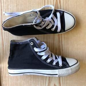 Svarta converse (inte äkta dock men de ser exakt likadana ut som riktiga förutom loggan).