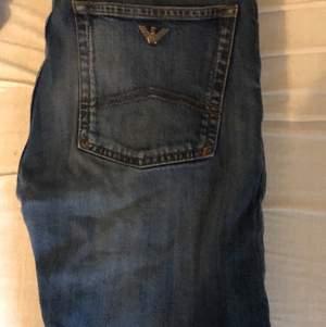 Säljer nu min killes armani jeans pga av att dom blivit för små för honom dom är i sjukt fint skick och äkta men dock har han ej kvar kvitto kan mötas i Uppsala och fraktas för mer bilder hör av er kan även tänka mig gå ner vid snabbaffär