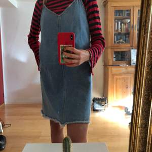 Riktigt cool jeansklänning som endast använts fåtal gånger. Klänningen är ganska stor i storleken. Köpare står för frakt💗