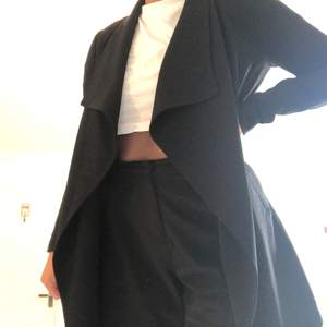 En svart och tunn jacka från Vero Moda som har kostymmaterial. Inget fel på den utan säljer dem då den inte kommer till användning.