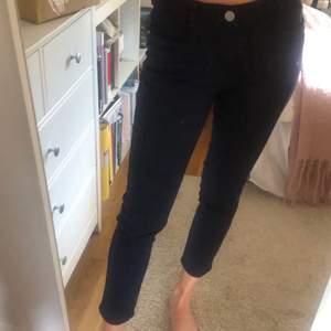 Marinblå högmidjade jeans i toppskick. Strl 38 passar 36/38.