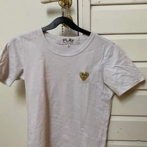🤍 t-shirt från comme des garçons köpt från plick för 300. knappt använd och inga skador på plagget. storlek XS-S. 🤍