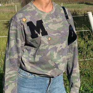 En camouflage tröja från Bik Bok! Ganska oanvänd, slitningarna i halsen var där när jag köpte den! Buda från 50kr! 💞