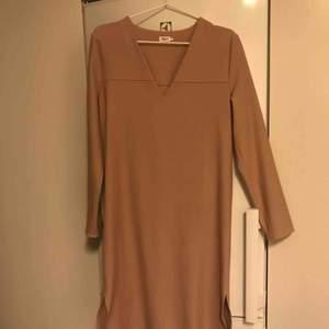 Ny Filippa K klänning stl XS, endast provad. Snygg dust rosa färg och loose fit. Passar XS-S. Jag är 173c m lång och på mig slutar klänningen strax över knäna.