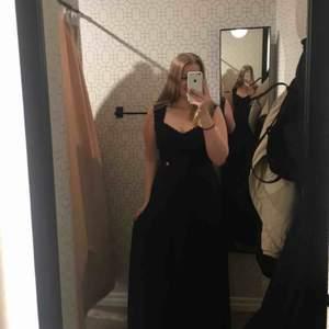 Säljer nu min älskade marinblå balklänning från 2018. Endast använd 1 gång. Bekväm och fin, Inga fläckar eller skador. Nypris: 600. Skriv för fler bilder eller frågor! Priset kan diskuteras. Fraktas eller möts upp i Stocholm, köparen betalar frakt💞