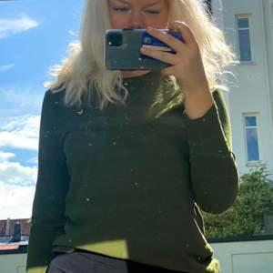 Jättefin lyle & scott tröja i storlek 14/15 år, använd 1 gång så superfint skick. Har du frågor eller velat ha fler bilder på plagget så får du gärna skriva till mig! Kommer ej ihåg orginalpris, bud från 90kr