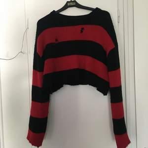Mysig alternativ tröja från Carlings med två hål och ändarna på ärmar och magen avklippt. Storlek M och fint skick🩸