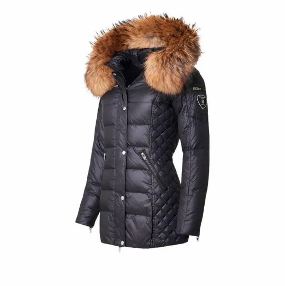 Rock and blue jacka med stor fluffig äkta päls. Fint skick, skriv för mer info/bilder. Pris kan disskuteras. Jackor.