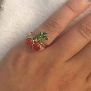 Fin ring, passar till folk me små fingrar