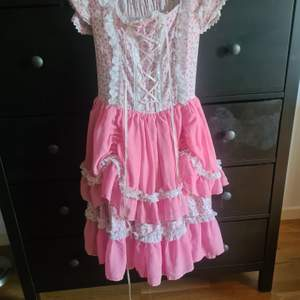 Lolita klänning I toppskick! Säljes då jag villl köpa en annan, så har du någon du vill bli av med så kanske vi kan byta 😊 passar en XS till en liten medium då den är stretchig