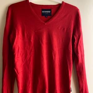 Röd pullover tröja från sebago. Använd 1-2 gånger. Nypris ca 999kr