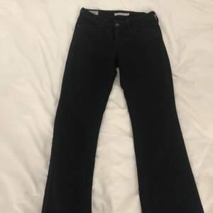 Dessa snygga jeans är från Levis. Det är i en bootcut modell som är ursnygg. Dessa är perfekta i längden på mig men försmå i midjan. Jag är 162 cm lång. Det är i storlek 26x30. Så snygga! Dm:a för fler bilder!