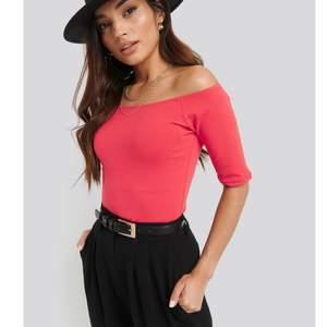 En fin hallonröd off shoulder tröja 😍 storlek Xs