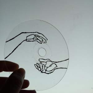 säljer denna super söta CD skiva som jag själv har målat! den är transparant med ett minimalistiskt design på, skitfin att ha som inredning i rummet 💕💫 bjuder såklart på frakten!