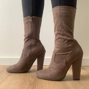 Aldrig använda mocka imiterade boots klackar. Storlek 38. Orättvis bild då mocka är svårt att fota.