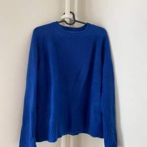 Mysig stickad tröja i fin blå färg. Skickas mot fraktkostnad, går även att mötas upp i Halmstad