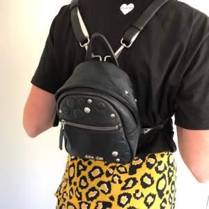 """En liten Calvin Klein-""""ryggsäck""""/handväska med justerbara axelband som är köpt i USA, i använt skick men ändå väldigt fin! Frakt tillkommer😊"""