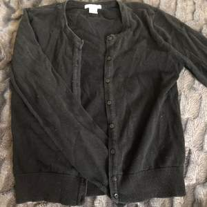 H&m kofta i svart ser gråaktig ut på bilden men är helsvart i verkligheten, använd nån enstaka gång